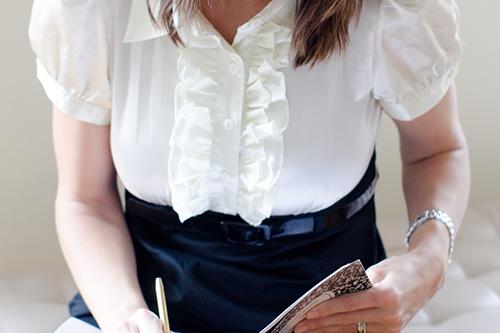 胸元に目立つデザインのある服