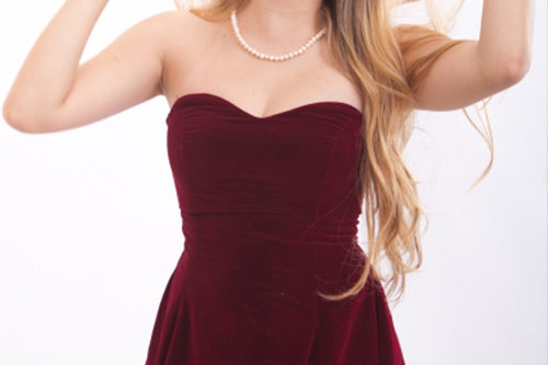 胸元が空いたドレスは避ける